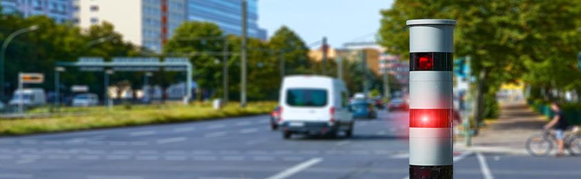 Blitzgerät des Types PoliScan blitzt Fahrzeuge.