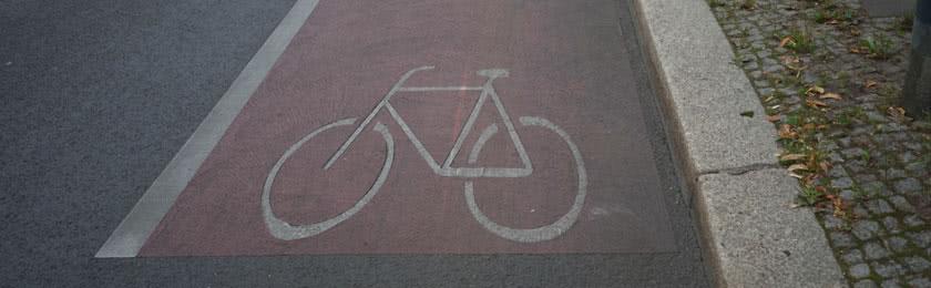 Unbekannte malen Radweg 1