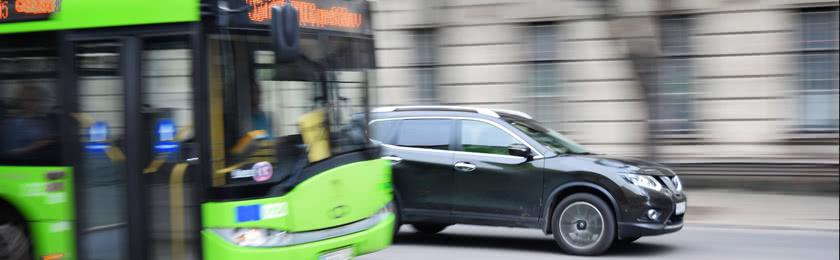 Wie schnell darf ich auf der Gegenfahrbahn fahren, wenn ein Bus mit Warnblinker vor mir fährt oderhält?